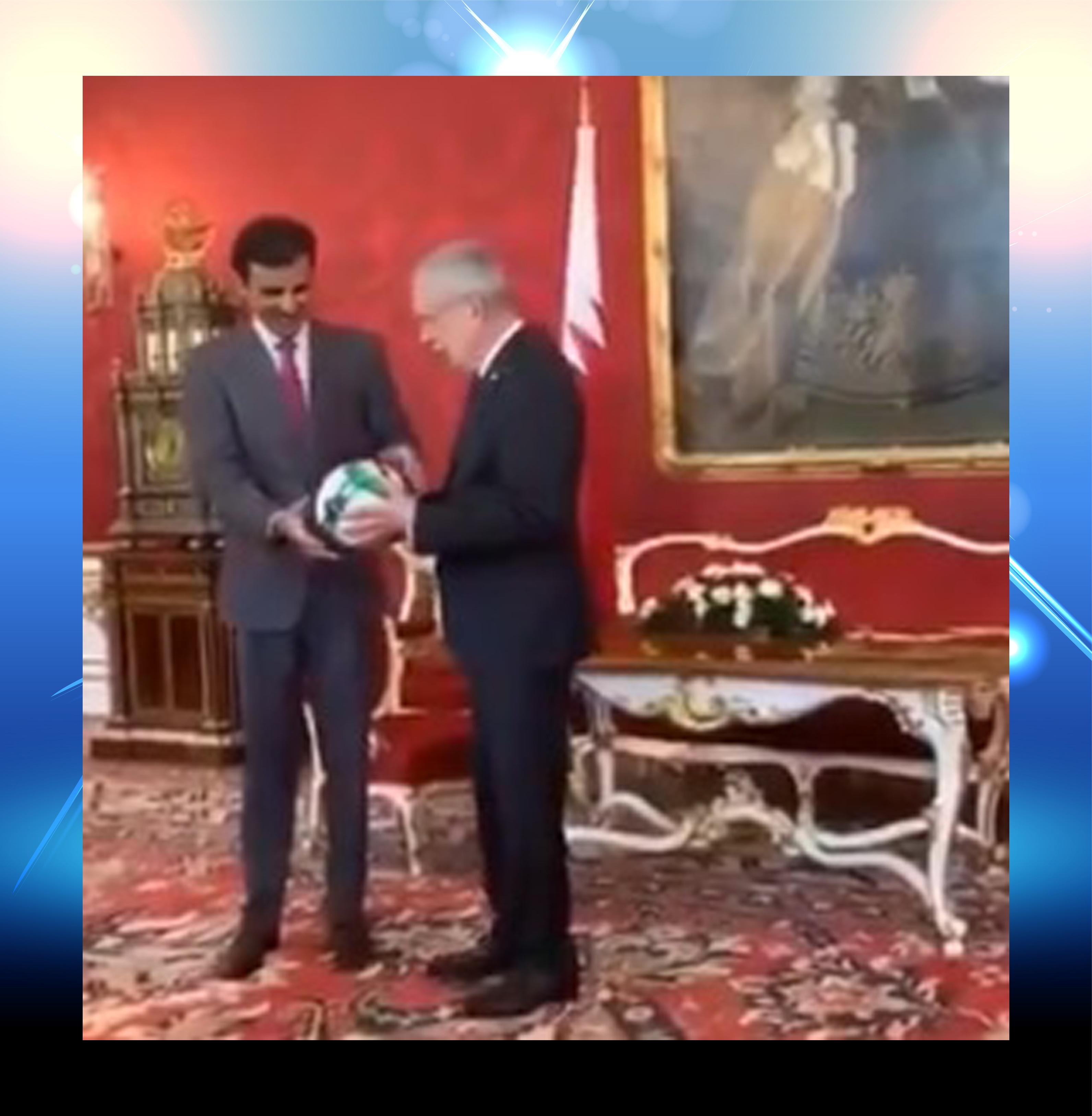 Photo of فيديو: الرئيس النمساوى يهدى امير قطر كرة قدم..فما هى المناسبة؟